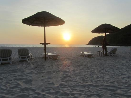 Le Meridien Phuket Beach Resort:                   Sunset in Relax Bay