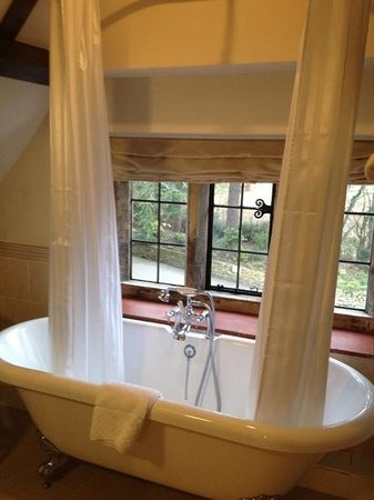 Charingworth Manor:                   nice romantic bath !