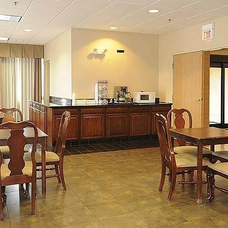 Magnuson Hotel Calumet Park: Breakfast Area