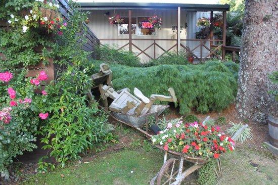 Rotorua Hideaway Lodge:                   Gardens area