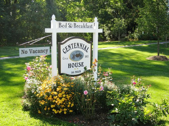 The Centennial House Bed and Breakfast: A welcoming garden at Centennial House B&B