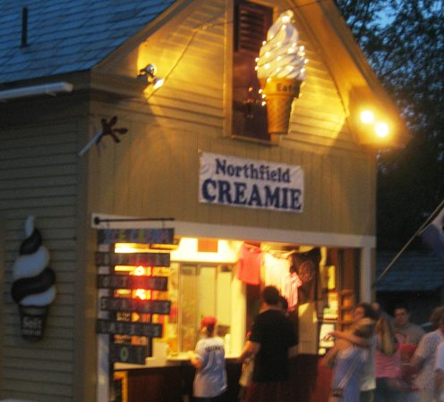 The Centennial House Bed and Breakfast : In summer, walk to the local award-winning Creamie
