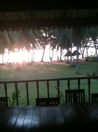 Laem Kum Beach Resort & Seafood:                   Morgonsol, utsikt ifrån den öppna restaurangen.
