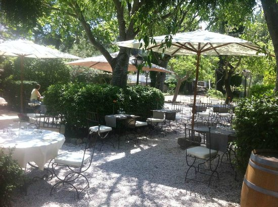 Hotel Restaurant Villa Glanum Saint Remy de Provence : la terrasse ombragée