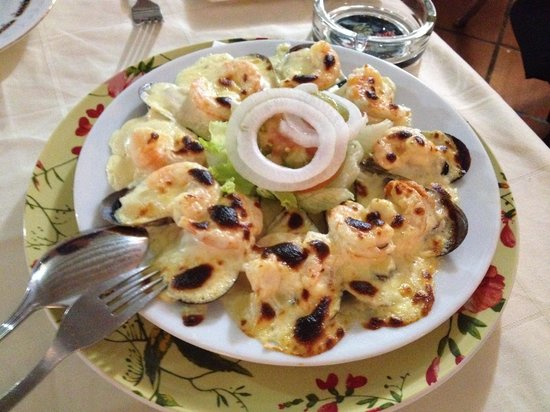 El Cazador:                   Mussells with King Prawns, Topped with Melted Cheese, Grilled, its Yummy
