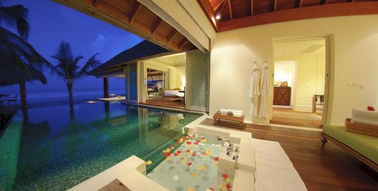 Naladhu Private Island Maldives: Ocean House Bath
