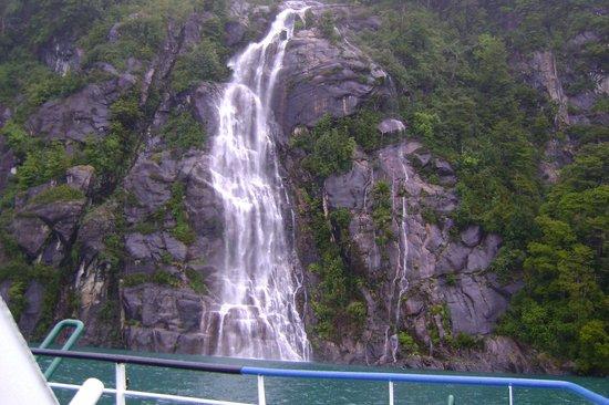 Cruce Andino Puerto Montt / Bariloche Day Tours: Una de las cascadas que se divisan en el trayecto