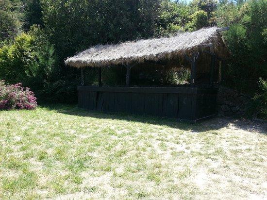 Penon Del Lago Lodge & Resort: Esto es una especie de bar que hay en la playa del hotel, totalmente abandonada.