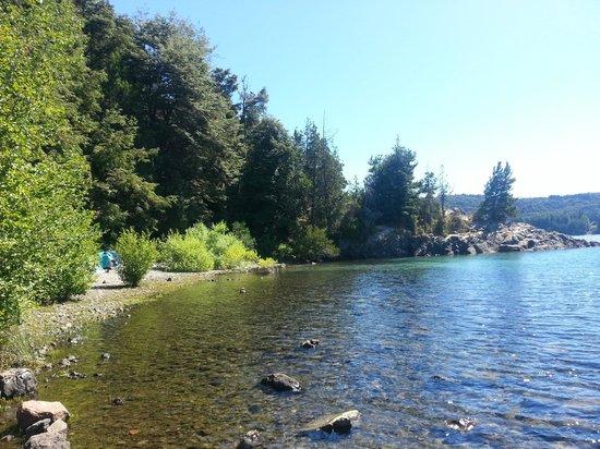 Penon Del Lago Lodge & Resort: Gente acampando en el bosque y prendiendo fogatas avisamos, nadie hizo nada