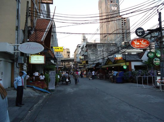 Adelphi Suites Bangkok: View looking down the Soi to Sukhumvit