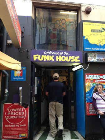 Funk House Backpackers Hostel Sydney :                   Entrance to Funk House