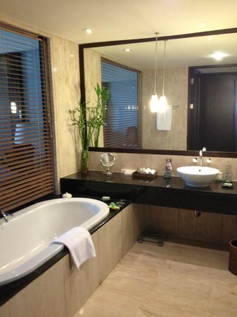 Conrad Bali: open bathroom
