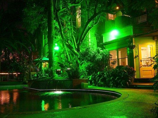 Green House Inn: Night time view of Inn & gardens