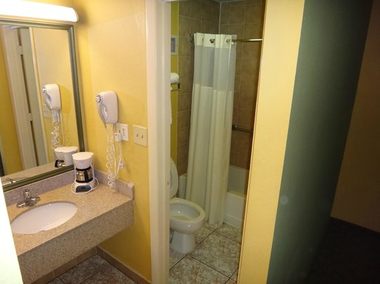Quality Inn Orlando Airport: Bathroom