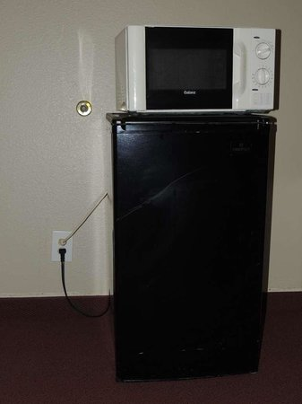 Good Nite Inn Sacramento:                   Cockeyed microwave on top of tilted fridge