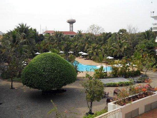 أنجكور سينشاري ريزورت آند سبا:                   Looking toward pool and outdoor dining area                 
