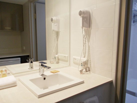 Hotel Grand Chancellor Surfers Paradise:                                     Facilities in the bathroom