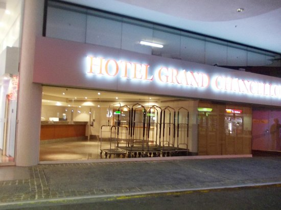 Hotel Grand Chancellor Surfers Paradise:                                     The entrance