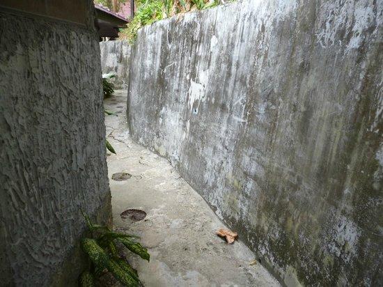 Baan Laanta Resort & Spa:                   Weg zum Bungalow