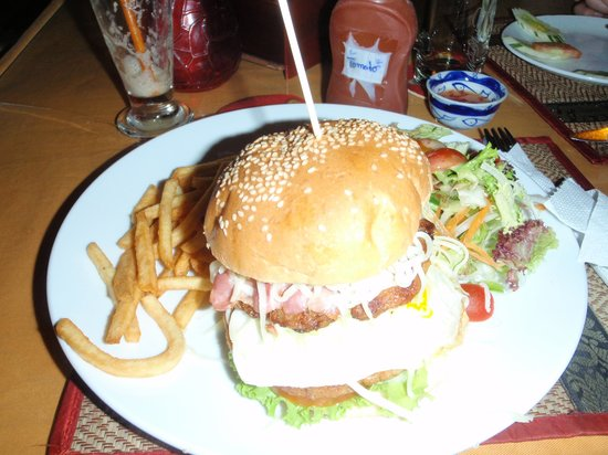 El Mundo Cafe & Restaurant:                                     What a Great Burger!!!!