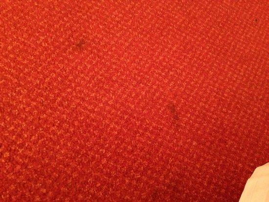 Hôtel balladins Annecy/Cran-Gevrier :                   Stains on carpet