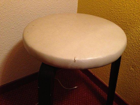 Hôtel balladins Annecy/Cran-Gevrier :                   Dirty, rotten chair