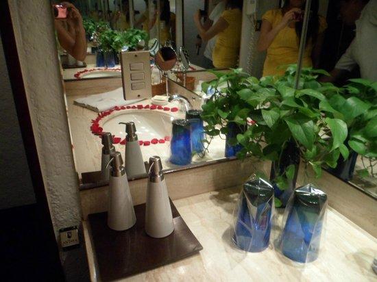 Antara Hotel: El baño, con detalle de petalos tambien