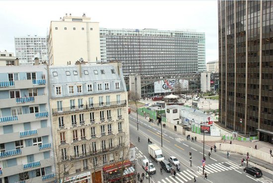 Hotel Arotel:                   Виднеется вокзал Монпарнас и сама башня (справа)