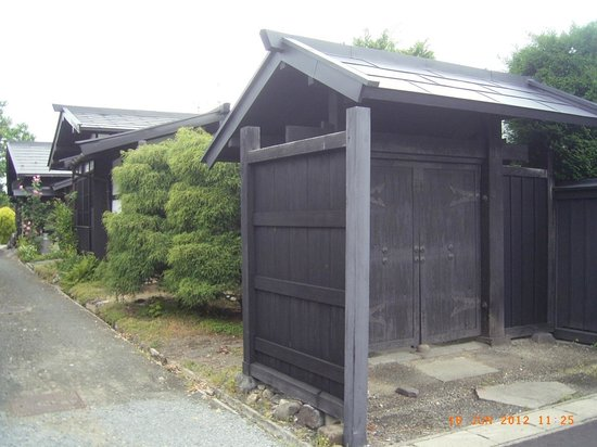 Hirosaki City Nakamachi Traditional Samurai House Preservation Area:                   黒塗りの屋敷が並んでいます。