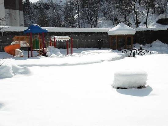 Rock Manali Hotel & Spa: Garden area covered by Snow