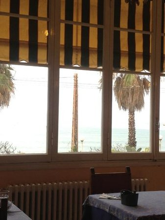 Hotel Villa La Brise: Nice to have your breakfast here, and rest your eyes on the sea.
