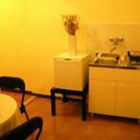 B&B A Casa Di Al & Ga: Spazio con lavabo e frigorifero/Stanza Gialla