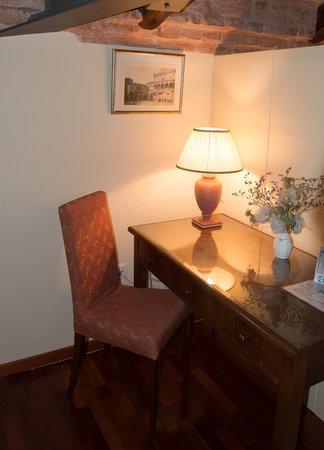Residence Bertolini: Scrivania dell'angolo soggiorno