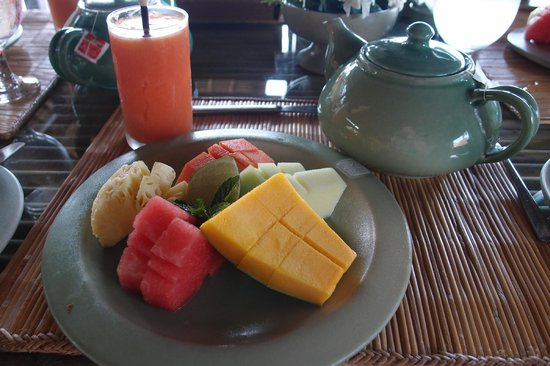 Wapa di Ume Resort and Spa: Breakfast starts with fresh fruit or smoothies