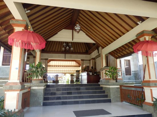 Sri Phala Resort & Villa: Airy hotel Reception area