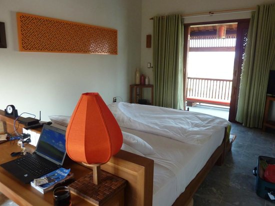 Hoi An Chic Hotel:                                     Massive bed!
