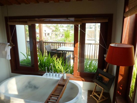 Hoi An Chic Hotel:                                     Bathroom overlooking the pool