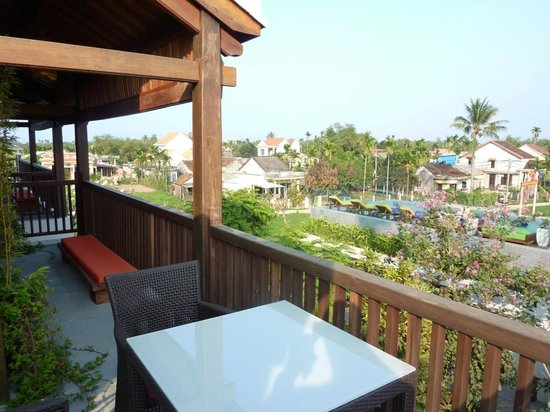 Hoi An Chic Hotel:                                     Great balcony overlooking the pool and fields