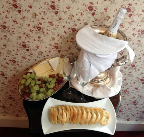 Marshall Slocum Guest House: Champagne and Cheese Platter on our Arrival - Rose Room