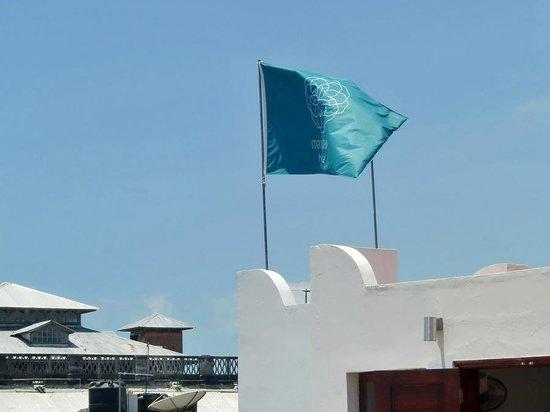 Maru Maru Hotel: Flag at rooftop restaurant