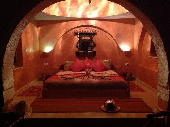 Maison Leila:                                     Notre chambre avec les serviettes si artistiquement pliées s