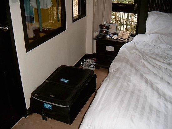 Peace Resort:                                     1 Nachttisch und Koffer auf dem Boden da kein Schrank