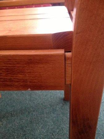 Residenz Maeva Les Alpages: chaise bancale... comme la table