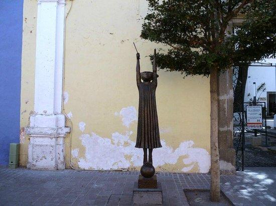 Ceramic Museum (Museo Regional de la Ceramica):                   博物館前の銅像