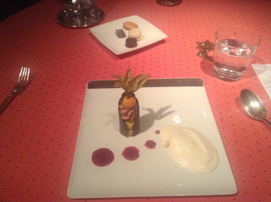 Aux Armes de Champagne :                   Tasteless and pointless pudding on a silly plate