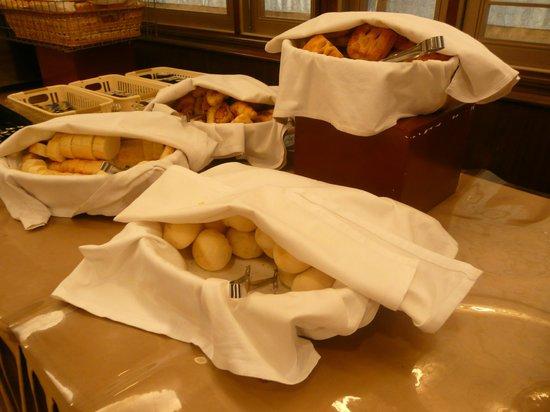 Santos Hotel:                   朝食バイキング・パン