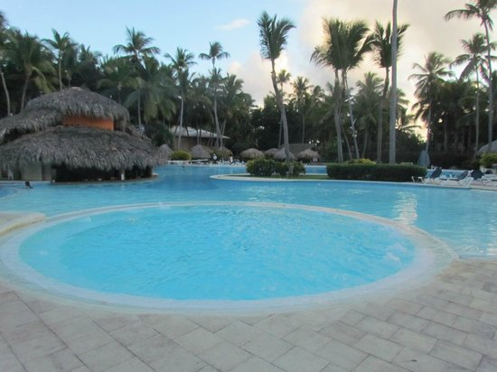 Grand Palladium Bavaro Suites Resort & Spa:                                                                         Grand piscine