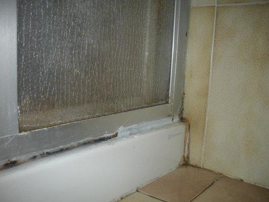 Muffa nel bagno - Foto di Hotel Nuovo Parco, Sestola - TripAdvisor