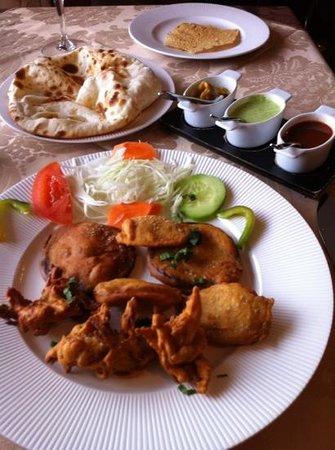 Restaurant Omkara :                   mix pakora, cheese Nan et sauces