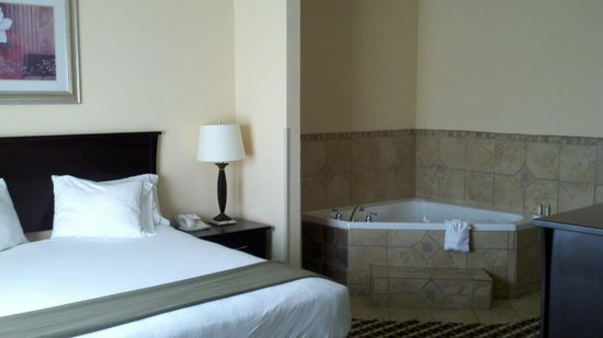 Holiday Inn Express Hotel & Suites Laurel: Bedroom with Whirlpool